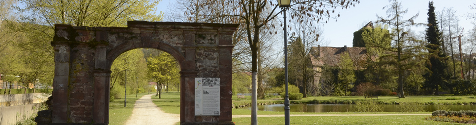 Schlosspark mit Blick auf das Wasserschloss in Burgsinn