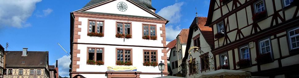 Lohr am Main: Rathaus und Fachwerkhäuser prägen das Ortsbild