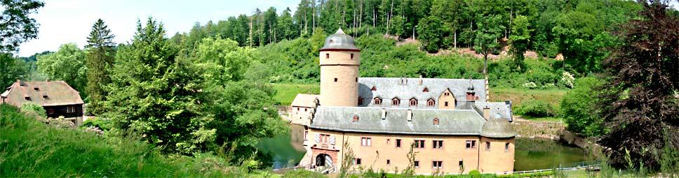 Idyllisch in einem Spessarttal gelegen - das Schloss von Mespelbrunn
