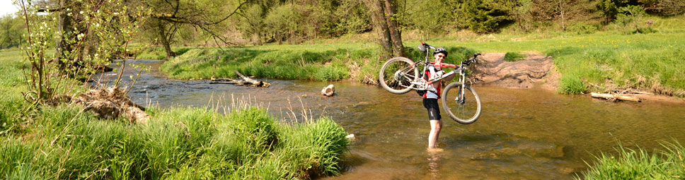 Wenn eine Flussdurchfahrt per Mountainbike doch zu tief wird