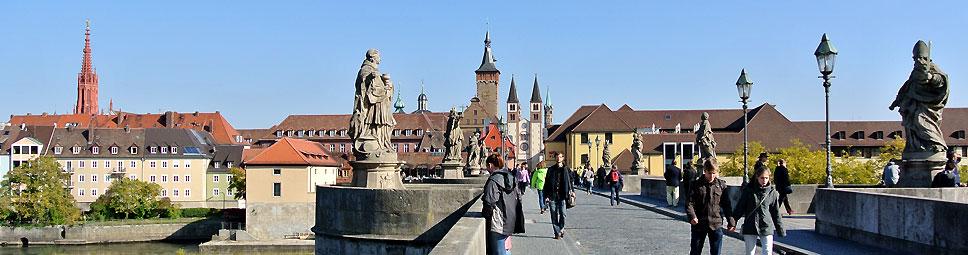 Würzburg: Blick auf die alte Mainbrücke Richtung Dom