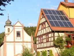 Fachwerkhaus mit Wallfahrtskirche