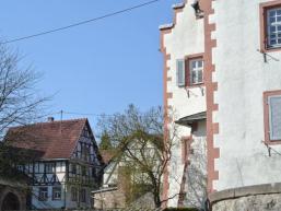 Schloss Wolfsmünster mit alten Bauernhöfen