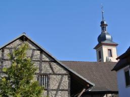 Kirchturm und Fachwerkhaus in Schonderfeld