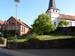 Dorfplatz und Linde nahe der Kirche von Mittelsinn