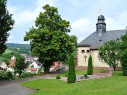 Die Kirche wacht über Aura