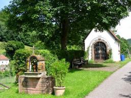 Bildstock und Kapelle am Wegesrand