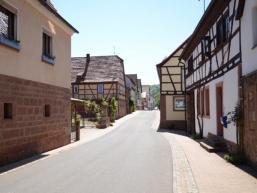 Dorfstraße in Schonderfelds Ortsmitte