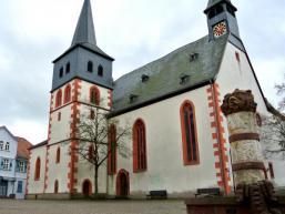 Brunnen und Kirche in Steinau