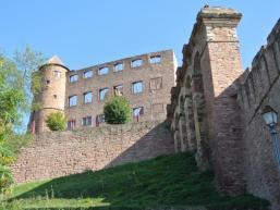 Die Burg Wertheim thront über Wertheim