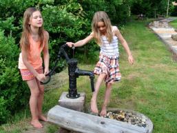 Kinderspaß am Pumpbrunnen