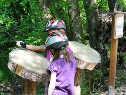 Kinder an den Walderlebnisstationen von Gemünden