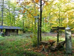 Schutzhütte und Sitzbank am Langen Markstein