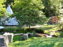 XXL Insektenhotel, Wasserlauf und Tipi am Wassererlebnishaus