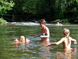 Kleinkindschwimmen in freier Natur