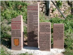 Steine des Gedenkens auf dem Besinnungsweg