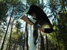 Weißes Kreuz auf dem Marienweg