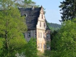 Das Neue Schloss 1590 bis 1620 im Renaissancestil am Waldrand östlich der Sinn erbaut