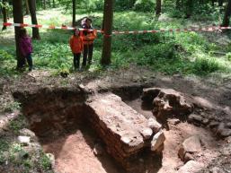 Reste der Klosteranlage im Waldboden