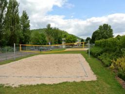 Ballspiel und Schwimmen im Freibad Gemünden