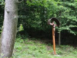 Kreuz mit Ruhebank am Hexenbrünnlein