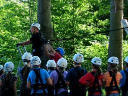 Teamwork im Klettergarten Burg Rieneck