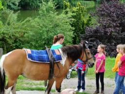 Kind und Pferd in malerischer Natur