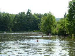 Badespaß im Naturbadesee Arnstein