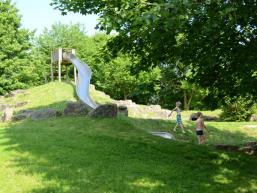 Rutsche des Spielplatzes am Arnsteiner Badesee