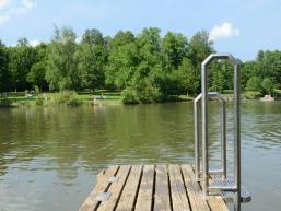 Steg mit Leiter am Arnsteiner Naturbadesee