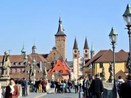Alte Mainbrücke und Domstraße in Würzburg