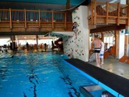 Schwimmbecken und Kletterwand