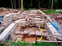 Grundmauern werden wieder aufgemauert