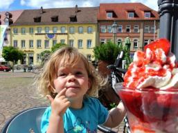 Ein leckeres Eis auf dem Marktplatz in Hammelburg schlecken