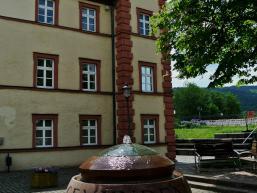 Schön gestalteter Innenhof des Huttenschlosses von Gemünden