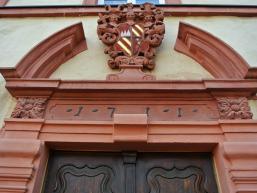 Alte Beschriftung auf der Tür des Huttenschlosses