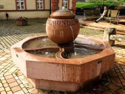 Brunnen vor dem Huttenschloss in Gemünden