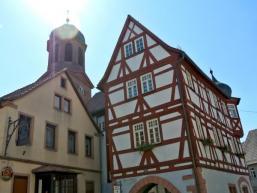 Rathaus, Wirtshaus und Kirche