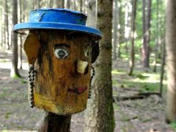 Lustige und skurrile Gesellen im Wald