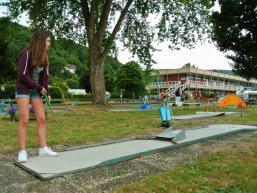 Minigolfen in den Ferien auf der Saaleinsel in Gemünden