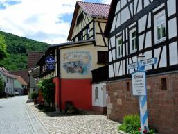 Morlesaus Ortsstraße mit Gasthaus