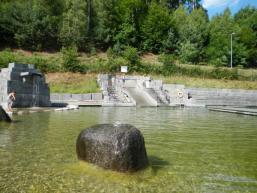 Quellsteine speisen das Flachwasserbecken
