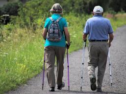 Nordic Walking Paar auf dem Radweg
