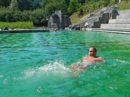 Schwimmen in natürlichem Wasser