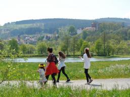 Familie auf dem Radweg am Parksee von Rieneck