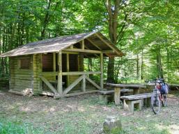 Schutzhütte an der Rienecker Koppe mit Mountainbike