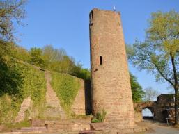 Die Scherenburg überragt die Stadt Gemünden