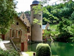 Das Schloss spiegelt sich im Wasser