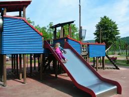Kinder rutschen auf dem Abenteuerspielplatz in Gemünden