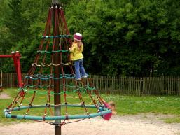 Klettern wie die großen auf dem Spielplatz in Gemünden